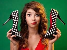ragazza mostra un paio di scarpe con tacchi alti